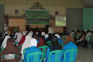 Dengan Khidmat peserta mendengarkan materi Training