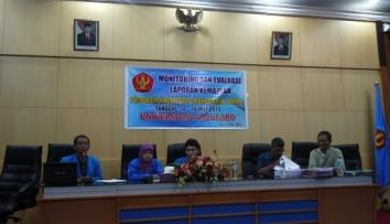 Salah satu Kelompok PKM-P sedang mempresentasikan programnya