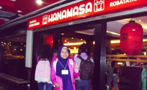 Berpose di depan HANAMASA Restaurant, Jakarta-Indonesia