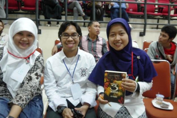 Dari kiri ke kanan: Diana, Bang Fuadi, Saya
