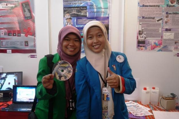Saya foto bareng dengan Kak Nova Refista asal Univ Andalas Padang. Dia alumni IELSP loh! juga jadi jawara di PKM-KC kelas B...Kami tak sekelas saat itu :-)))Senengnya bisa ketemu...
