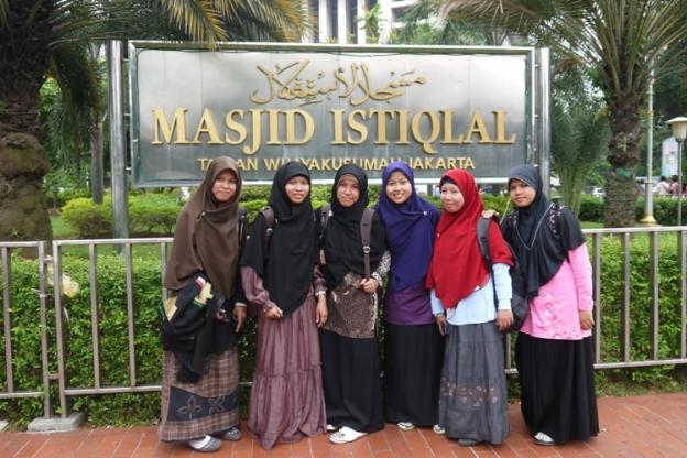 Narsis di depan Masjid Istiqlal