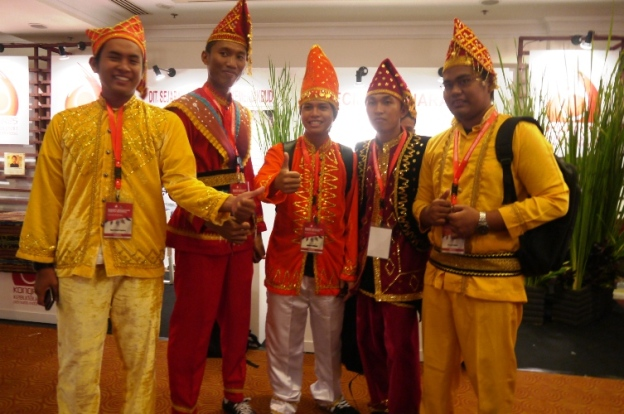 5 Joyo Berpakaian Daerah Sulawesi Tengah