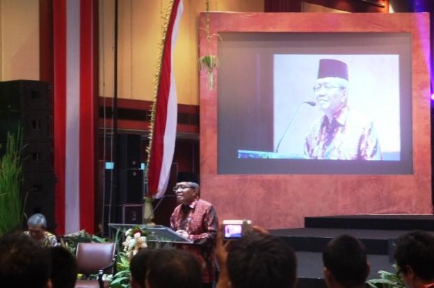 Pak Taufik Ismail memaparkan materi dengan sangat inspiratif. Kami sebagai peserta tak ada yang mengantuk :-D