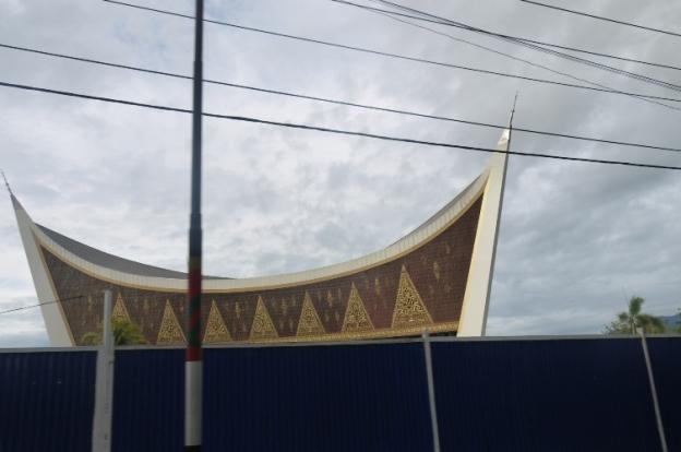 Ciri khas atap rumah Padang :-)Nice pic ;-)