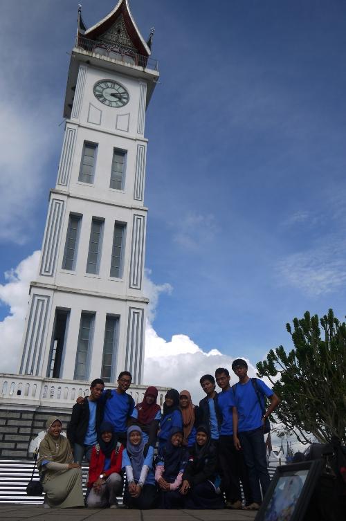 Berfoto di depan Jam Gadang, Bukittinggi