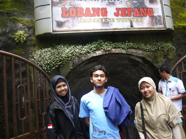 Mau masuk ke Lubang Jepang. Dari kiri ke kanan; Fadilla dari lampung, Yusron Mubarak dari UNY Yogya, dan saya