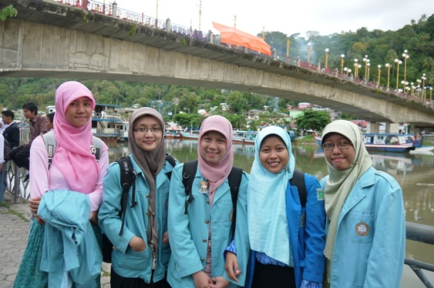 Di Bawah Jembatan Siti Nurbaya (y) bersama anak UNS