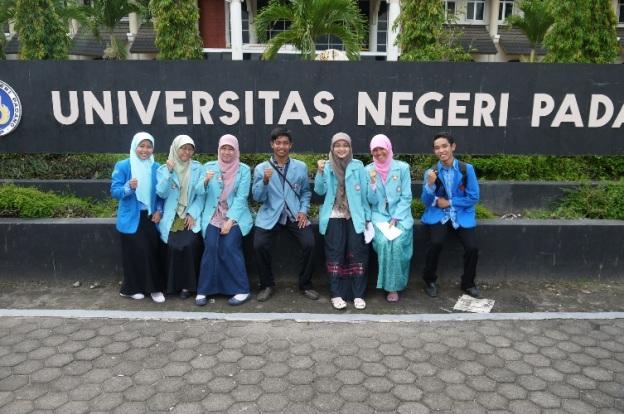 Bersama teman-teman dari UNS dan UPI Bandung, setelah lelah melakukan show project