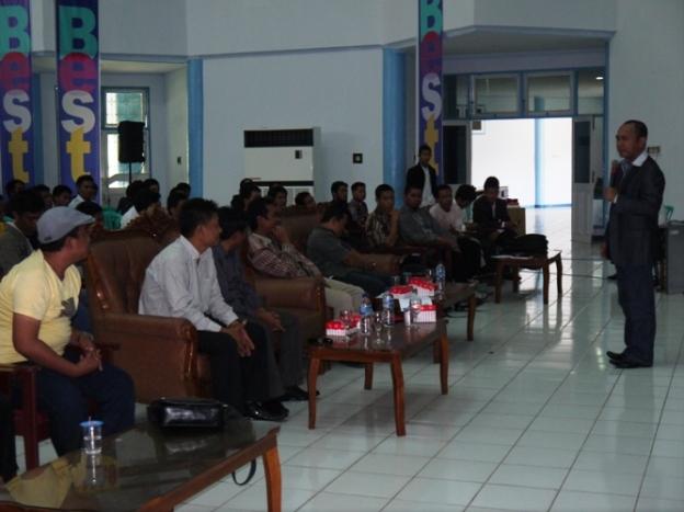 Pak Taswin sedang memaparkan materi seminar nasional kewirausahaan