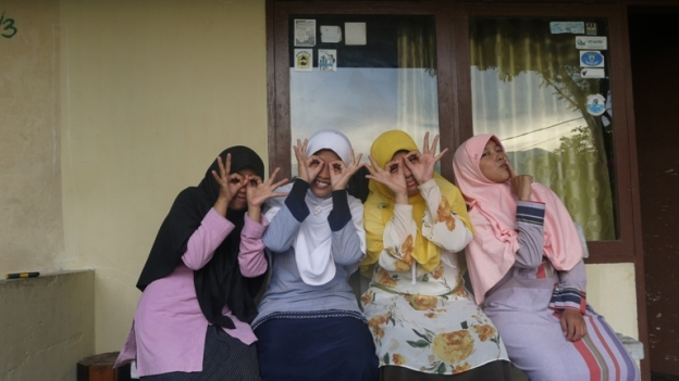 Wara-Wiri di depan rumah,dari kiri ke kanan: Siti, Saya, Ka Nisa, Ka Yuli
