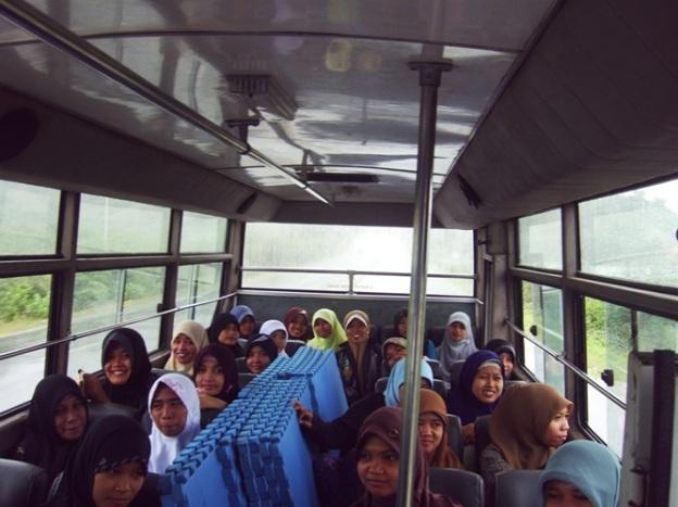 Di ATas Bus Cinta Bermandikan Ceria dan Tawa...