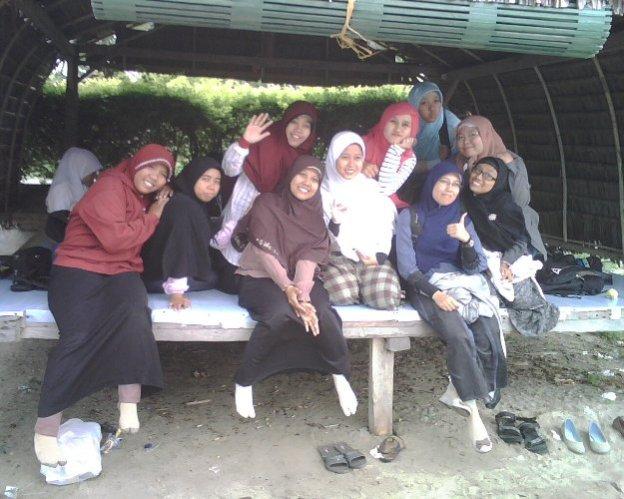 Bersama akhwat Insan Muda Community Palu (IMCP), engkau senantiasa semburatkan senyum sumringahmu. Begitu menyejukkan, Din :-)