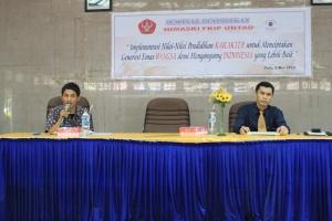 Dari kiri ke kanan; Moderator, dan Arifuddin M. Arif, S.Ag., M.Ag.