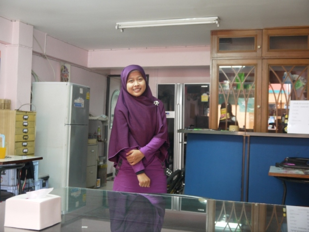 Suasana restoran kecil milik Pak Anwar