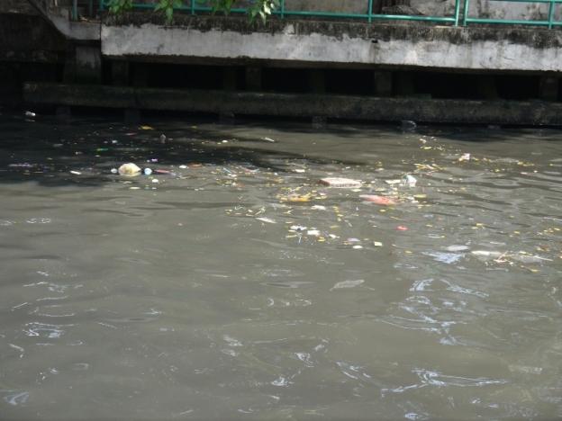 Ternyata air sungainya juga cukup kotor, dan beroil gitu. Tapi aku cukup salut, karena biar gitu, termanfaatkan sangat baik