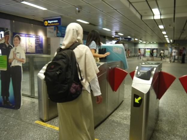 Menembus plang :-D untuk bisa naik MTR