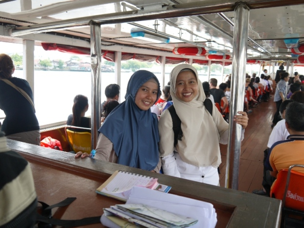 di atas perahu menuju Wat pho