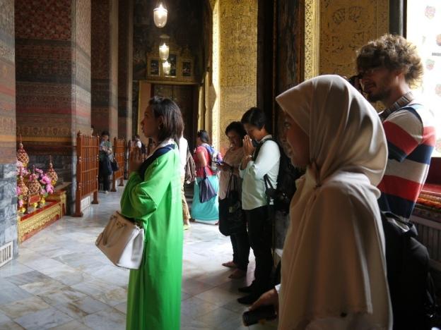 Banyak orang budha berdoa di sini. Gue cuma ngeliatin :-D