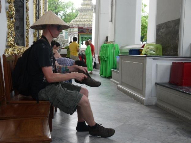 Dengan PD-nya bule itu memakai topi Indonesia :-D