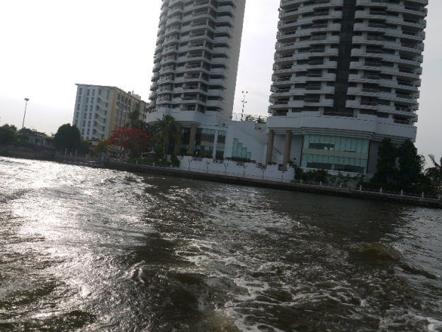 Kembali menaiki perahu untuk menuju Khaosan Rd